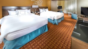 Pillowtop-patjalliset sängyt, tallelokero huoneessa, työpöytä