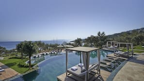 Indendørs pool, 2 udendørs pools, parasoller, liggestole