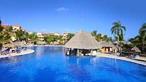 Een binnenzwembad, 3 buitenzwembaden, parasols voor strand/zwembad