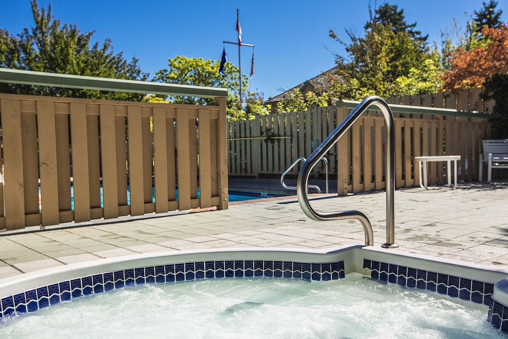 Outdoor Spa Tub, Painter's Lodge