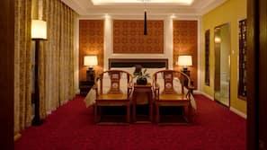 객실 내 금고, 각각 다르게 꾸며진, 각각 다르게 가구가 비치된, 책상