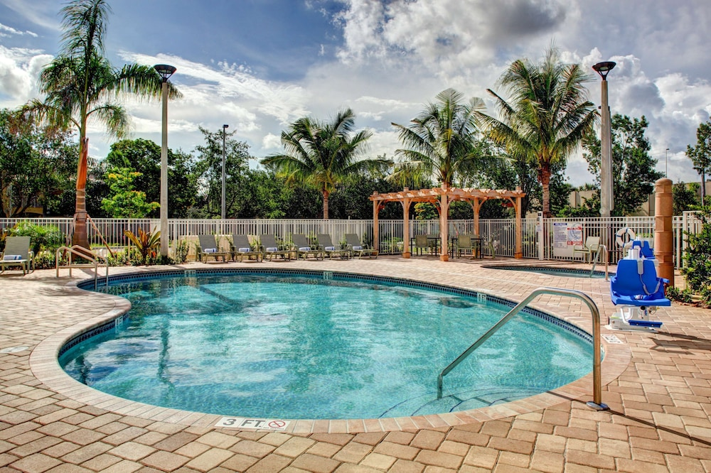 Pool, Hampton Inn & Suites - Coconut Creek, FL