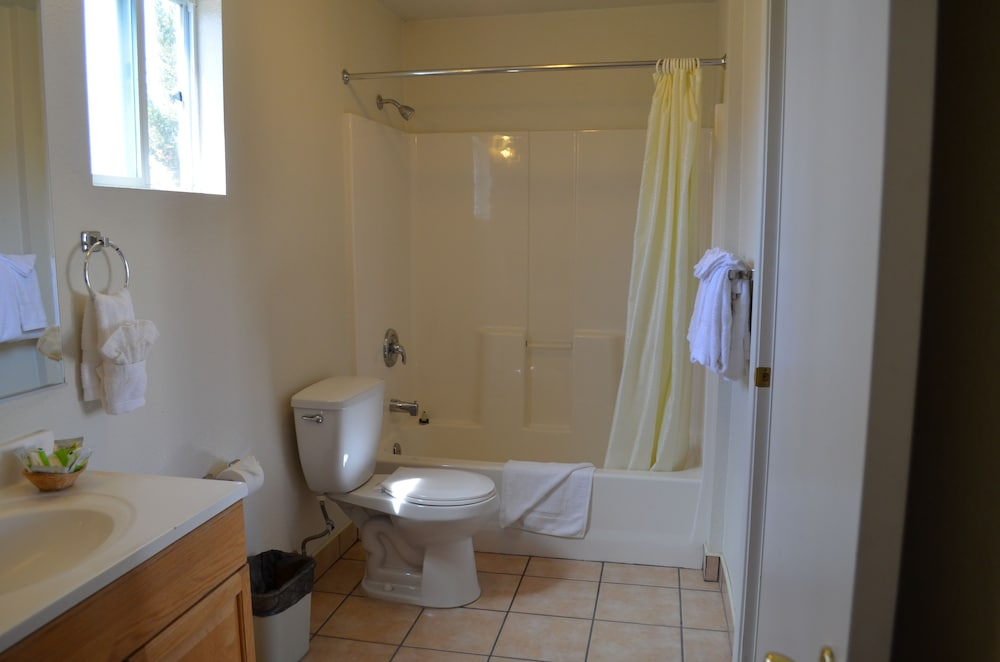 Bathroom, Seaview Inn