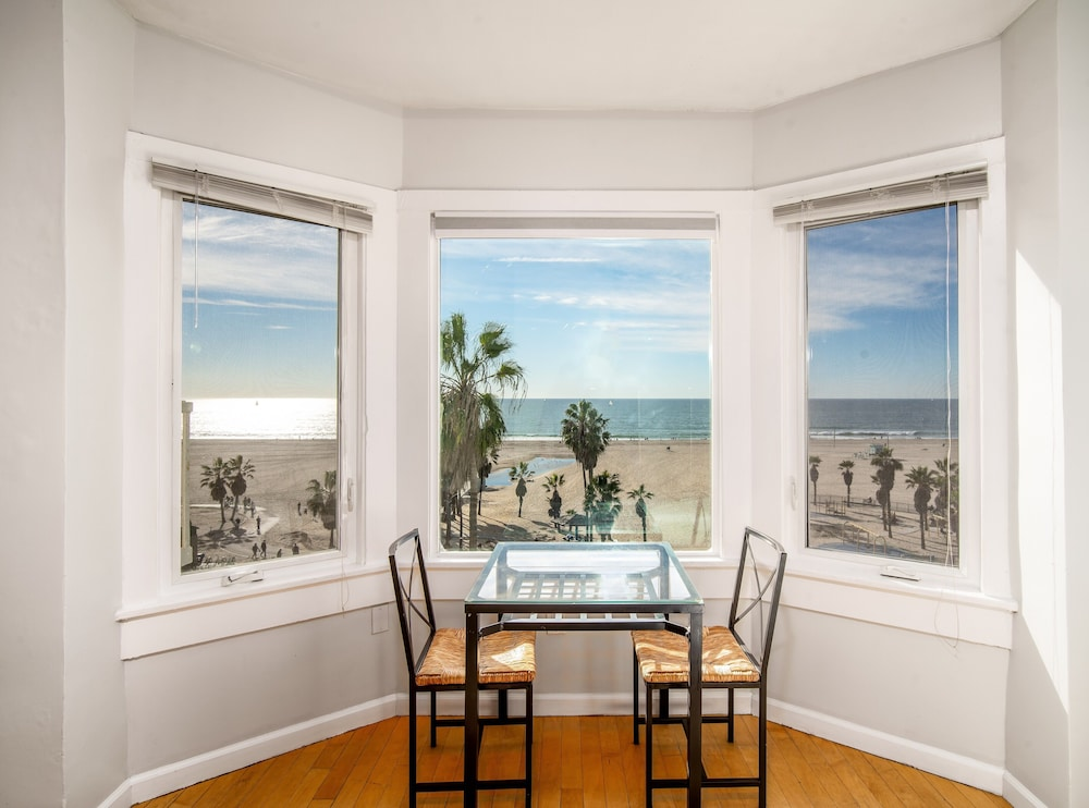 In-Room Dining, Air Venice on the Beach