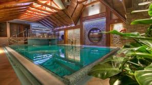 Een binnenzwembad en een zwembad met een waterval