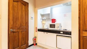 雪櫃、微波爐、電熱水壺