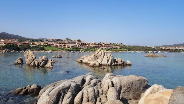 Ubicación cercana a la playa, arena blanca y kayak