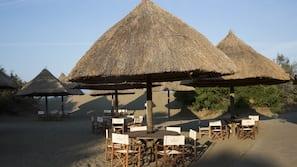 Aan het strand, een gratis shuttleservice van/naar het strand