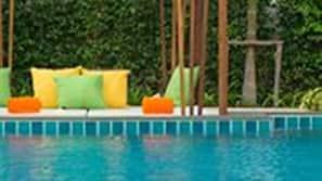3 สระว่ายน้ำกลางแจ้ง, ร่มริมสระว่ายน้ำ, เก้าอี้อาบแดดริมสระ