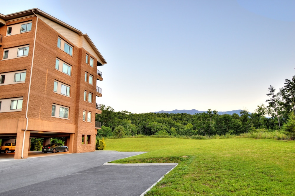 Papa Bears Cabin is located in Gatlinburg on one of the highest peaks and the views of Mt. Le Conte are just spectacular, downtown Gatlinburg and Ober Gatlinburg .