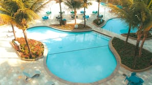 4 piscinas externas, funciona das 7h00 às 23h00, guarda-sóis