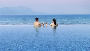 5 개의 야외 수영장, 수영장 파라솔, 일광욕 의자