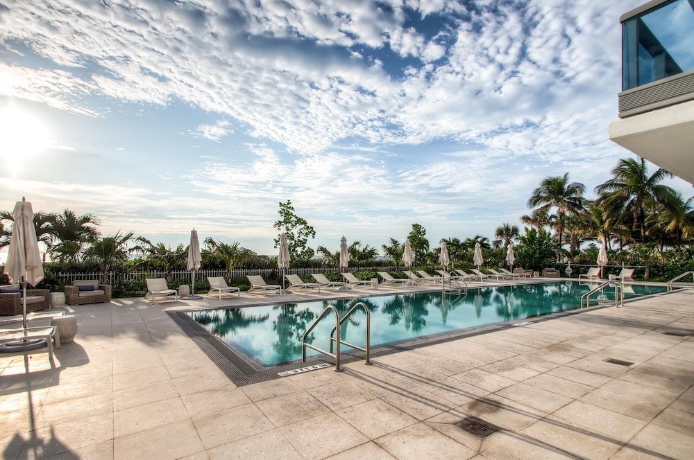 Rooftop Pool, Churchill Suites Monte Carlo Miami Beach