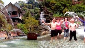 季節性室外泳池、瀑布池