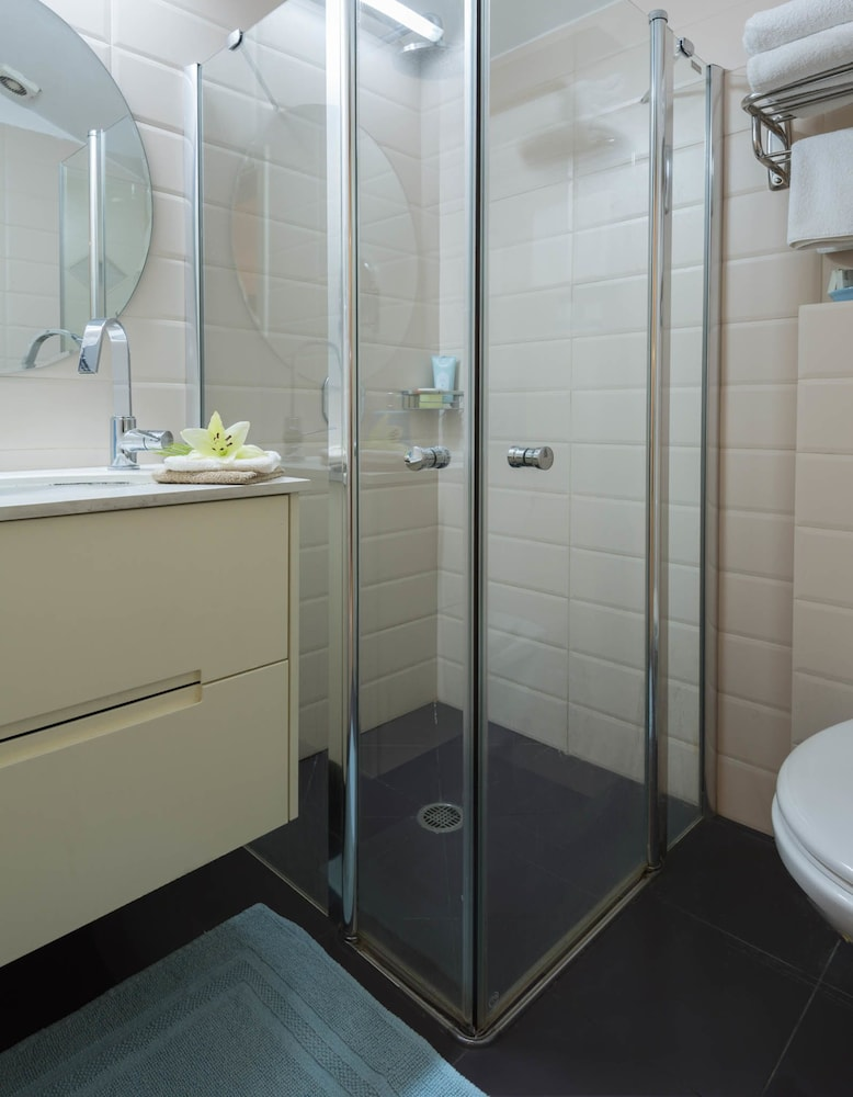 Bathroom Shower, Rafael Residence