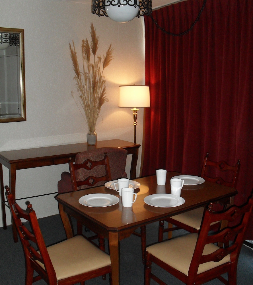 In-Room Dining, The Carideon Motel