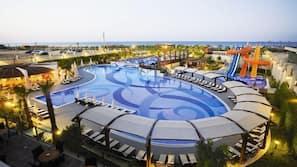 Piscine couverte, 3 piscines extérieures, parasols de plage