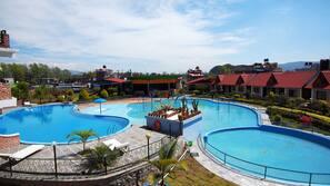 시즌별로 운영되는 야외 수영장