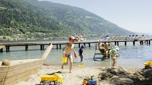 Liegestühle, Sonnenschirme, Volleyball, Surfen/Boogieboarden