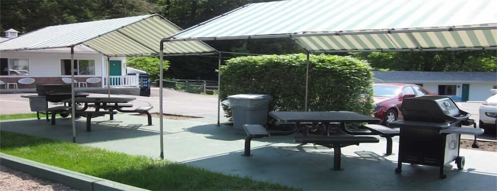BBQ/Picnic Area, Brookside Motel