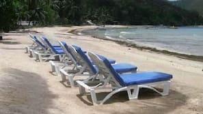 Privatstrand, weißer Sandstrand, Liegestühle, Sporttauchen