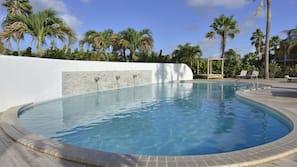 2 buitenzwembaden, gratis zwembadcabana's, ligstoelen bij het zwembad