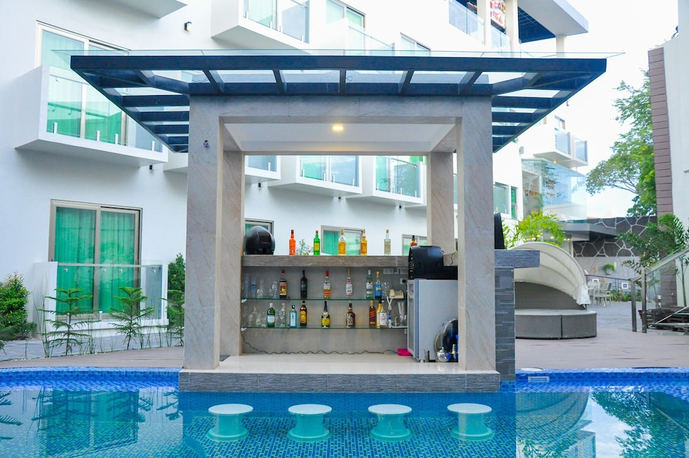 Poolside Bar, Eloisa Royal Suites