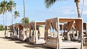 Aan het strand, wit zand, een strandbar