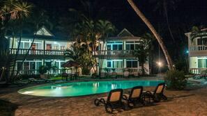Een buitenzwembad, gratis zwembadcabana's