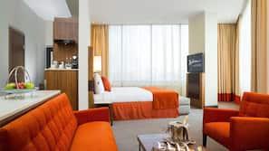 1 soveværelse, pengeskab, skrivebord, mørklægningsgardiner