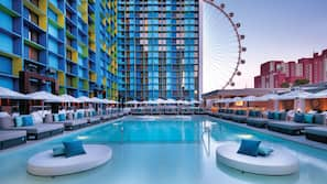 Una piscina al aire libre, cabañas de piscina (de pago), sombrillas