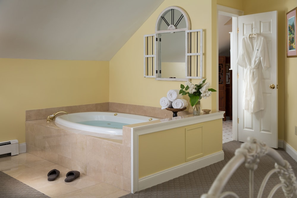 Jetted Tub, Wolf Cove Inn