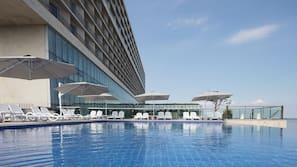 3 개의 야외 수영장, 09:00 ~ 22:00 오픈, 카바나(요금 별도)