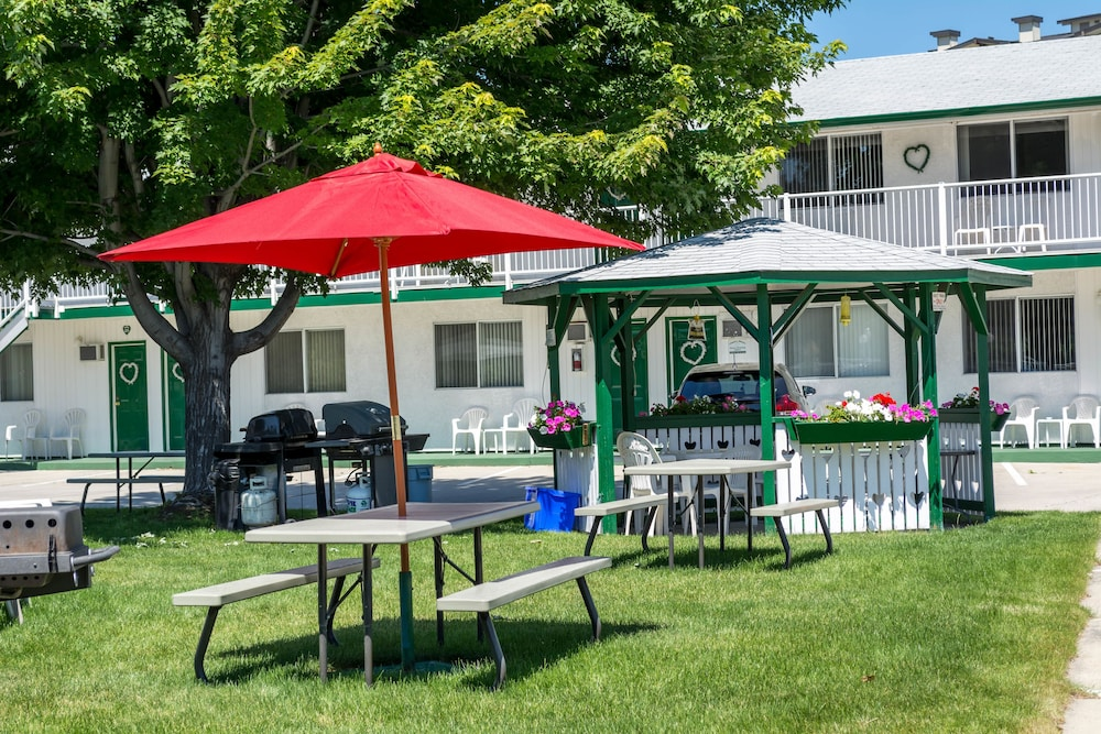 Gazebo, Empire Motel
