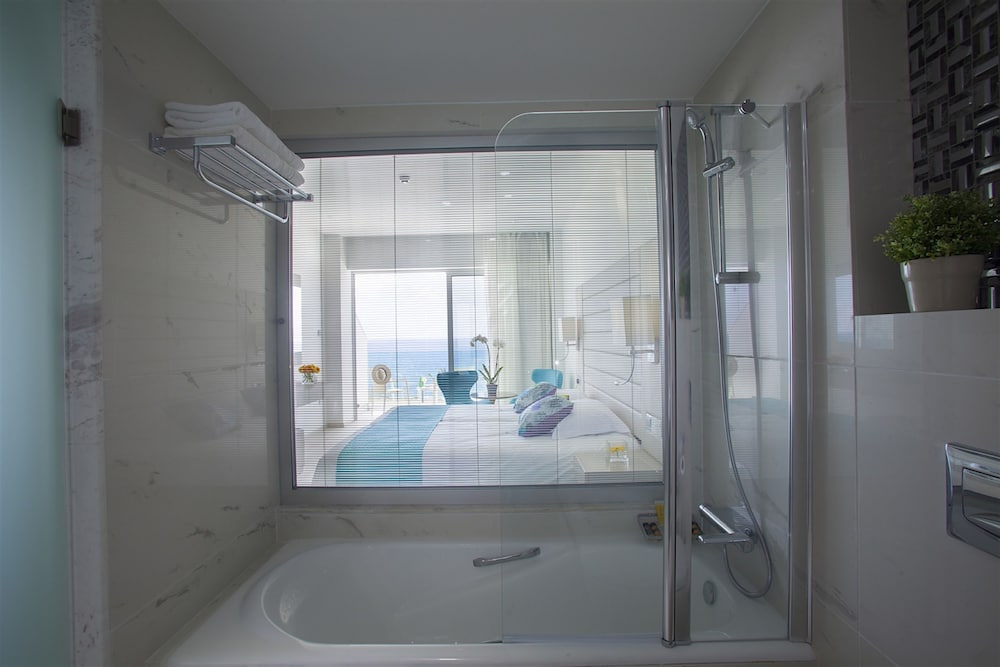 Bathroom, King Evelthon Beach Hotel & Resort