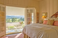 Panoramic Penthouse, 1 Queen Bed, Balcony, Vineyard View