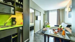 Frigorífico, microondas, placa de cocina y trona infantil