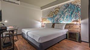 房內夾萬、書桌、窗簾、摺床/加床 (收費)