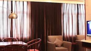 窗簾、免費嬰兒床