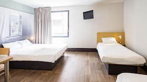 高級寢具、書桌、免費嬰兒床、免費 Wi-Fi