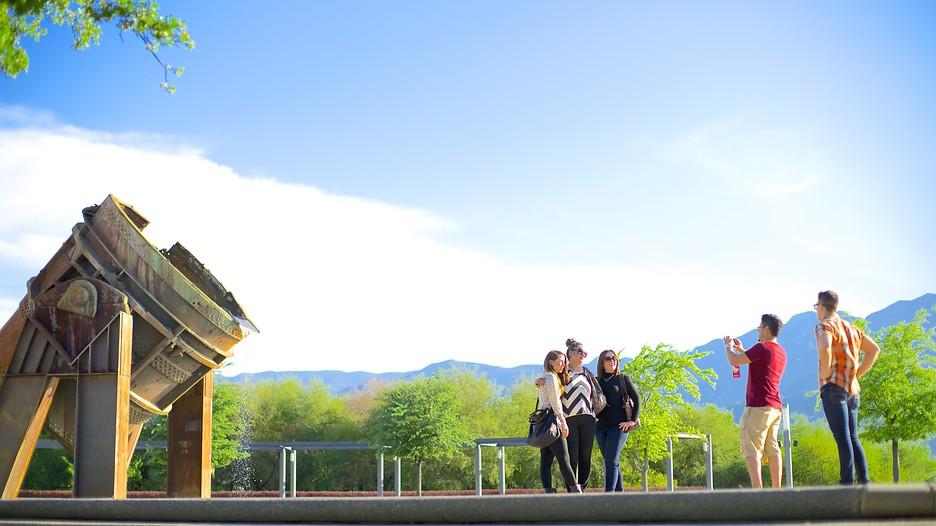 personas tomándose fotografías en el Parque Fundidora
