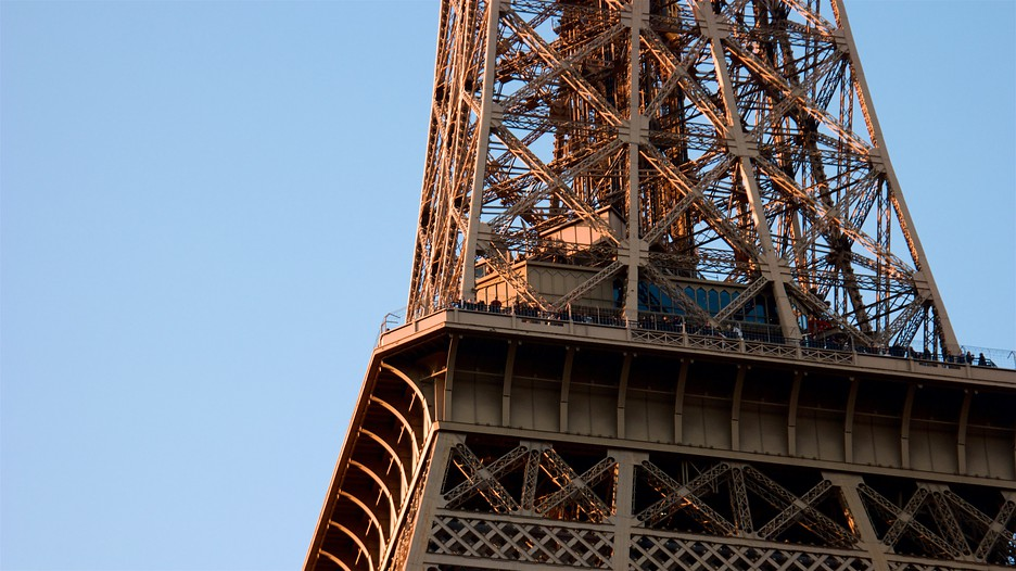Eiffel tower in paris expedia for Hotel close to eiffel tower