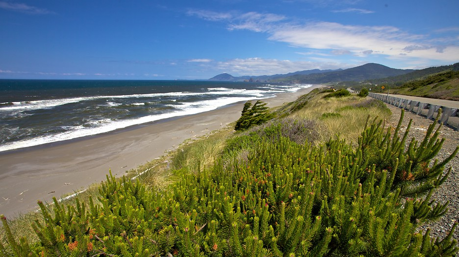 One of the most popular destinations for an Oregon beach vacation is the bustling town of Lincoln City in the north, drawing thousands of visitors with its dining scene, casinos, and shopping, along with a long stretch of gorgeous sandy beach.