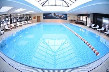 Una piscina cubierta (de 7:00 a 22:00), tumbonas