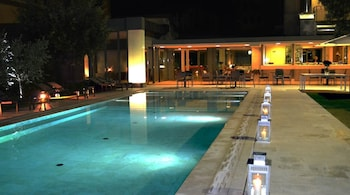 室內泳池、季節性室外泳池;泳池傘、躺椅