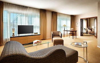 Premium-sengetøj, pengeskab, skrivebord, mørklægningsgardiner
