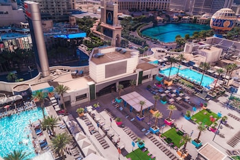 2 outdoor pools, pool cabanas (surcharge), pool loungers