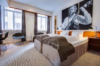 Premium-sengetøj, senge med topmadrasser, pengeskab, skrivebord