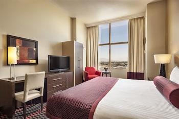 高級寢具、保險箱、書桌、窗簾