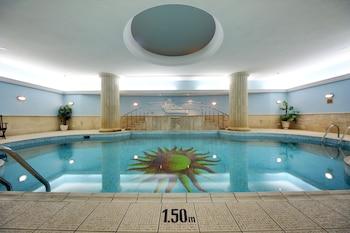 室內泳池、季節性室外泳池;09:00 至 19:30 開放;泳池傘、躺椅